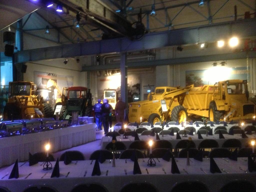 Vackra balsalen bland traktorer